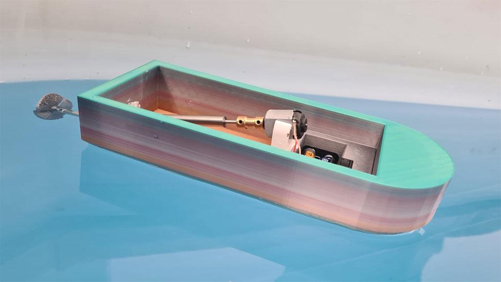 Motorbetriebenes Boot am WG konstruiert
